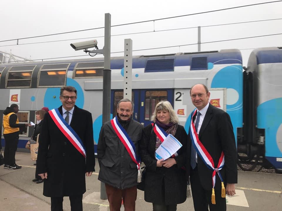 Mobilisation des élus, contre la suppression de deux arrêts en gare de Mantes-la-Jolie.